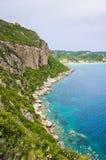 Λιμνοθάλασσα και υψηλοί απότομοι βράχοι κοντά στα επιβαρύνσεις Γεώργιος, Κέρκυρα, Ελλάδα Στοκ φωτογραφίες με δικαίωμα ελεύθερης χρήσης