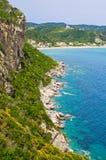 Λιμνοθάλασσα και υψηλοί απότομοι βράχοι κοντά στα επιβαρύνσεις Γεώργιος, Κέρκυρα, Ελλάδα Στοκ φωτογραφία με δικαίωμα ελεύθερης χρήσης
