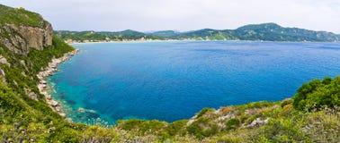 Λιμνοθάλασσα και υψηλοί απότομοι βράχοι κοντά στα επιβαρύνσεις Γεώργιος, Κέρκυρα, Ελλάδα Στοκ εικόνες με δικαίωμα ελεύθερης χρήσης