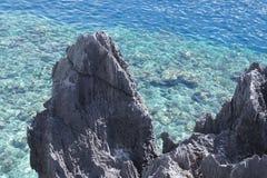 Λιμνοθάλασσα με το κρύσταλλο - καθαρίστε το νερό σε ένα από τα ακατοίκητα νησιά των Φιλιππινών Στοκ φωτογραφίες με δικαίωμα ελεύθερης χρήσης