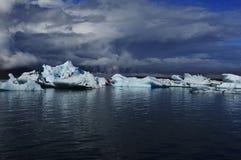 Λιμνοθάλασσα πάγου κάτω από τον παγετώνα Vatnajökull Στοκ Εικόνα