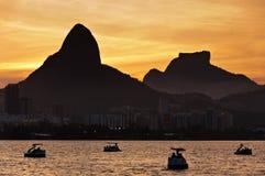 Λιμνοθάλασσα Ρίο ντε Τζανέιρο από το ηλιοβασίλεμα με τις βάρκες πενταλιών Στοκ Εικόνα