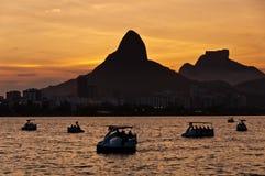 Λιμνοθάλασσα Ρίο ντε Τζανέιρο από το ηλιοβασίλεμα με τις βάρκες πενταλιών Στοκ εικόνα με δικαίωμα ελεύθερης χρήσης