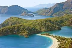 Λιμνοθάλασσα Oludeniz κατά την άποψη τοπίων θάλασσας της παραλίας, Τουρκία Στοκ Εικόνα
