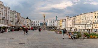 ΛΙΝΤΣ, ΑΥΣΤΡΙΑ - 2 ΑΥΓΟΎΣΤΟΥ 2018: Πανοραμική άποψη του κύριου τετραγώνου hauptplatz στην αυστριακή πόλη Λιντς r στοκ εικόνες