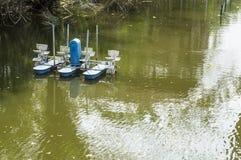 Λιπαμένο ανακύκλωσης κανάλι λιμνών νερού οξυγόνου βρώμικο Στοκ φωτογραφία με δικαίωμα ελεύθερης χρήσης