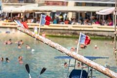 Λιπαρός πόλος, τρεις της Μάλτα σημαίες στοκ εικόνες με δικαίωμα ελεύθερης χρήσης