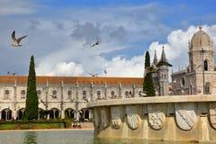 ΛΙΣΣΑΒΩΝΑ, ΠΟΡΤΟΓΑΛΙΑ - 3 ΝΟΕΜΒΡΊΟΥ 2017: Γενική άποψη του μοναστηριού Jeronimos από Praca do Imperio Square με seagulls και μια  Στοκ Εικόνες