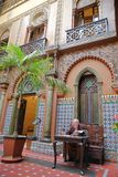 ΛΙΣΣΑΒΩΝΑ, ΠΟΡΤΟΓΑΛΙΑ - 4 ΝΟΕΜΒΡΊΟΥ 2017: Μια παλαιά ανάγνωση ατόμων μέσα στο προαύλιο Casa κάνει το Αλεντέιο στη γειτονιά Bairro Στοκ φωτογραφία με δικαίωμα ελεύθερης χρήσης