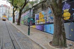 ΛΙΣΣΑΒΩΝΑ, ΠΟΡΤΟΓΑΛΙΑ - 4 ΝΟΕΜΒΡΊΟΥ 2017: Elevador DA Gloria, funicular που συνδέει την πλατεία Restauradores με το neighbo Bairr Στοκ Φωτογραφία