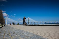 ΛΙΣΣΑΒΩΝΑ, ΠΟΡΤΟΓΑΛΙΑ - περιοχή γύρω από το πάρκο των εθνών, με τη Gama του Vasco DA γέφυρα στο υπόβαθρο Στοκ εικόνες με δικαίωμα ελεύθερης χρήσης