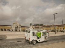 Λισσαβώνα - νεφελώδεις ουρανοί πέρα από το κίτρινο τετράγωνο  τουρίστες που κινούνται γύρω στοκ φωτογραφία