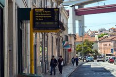 Λισσαβώνα, Πορτογαλία - 4 Μαΐου 2013 ηλεκτρονικό χρονοδιάγραμμα με τον κατ' εκτίμηση χρόνο άφιξης για τα λεωφορεία σε μια οδό στοκ φωτογραφία με δικαίωμα ελεύθερης χρήσης
