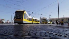 Λισσαβώνα ΠΟΡΤΟΓΑΛΙΑ - στάση τραμ - δύο πυροβολισμοί - αναμονή ανθρώπων απόθεμα βίντεο