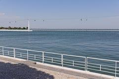 Λισσαβώνα, Πορτογαλία - 15 Μαΐου: Το τελεφερίκ και Gama του Vasco DA γέφυρα στη Λισσαβώνα στις 15 Μαΐου 2014 Το τελεφερίκ Στοκ εικόνες με δικαίωμα ελεύθερης χρήσης