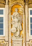 Λισσαβώνα, Πορτογαλία: οικοδόμηση με τα πορτογαλικά κεραμίδια που αντιπροσωπεύουν τη γη (Terra) Στοκ εικόνα με δικαίωμα ελεύθερης χρήσης