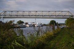Λιτή γέφυρα μετάλλων πέρα από το κανάλι στοκ εικόνες με δικαίωμα ελεύθερης χρήσης