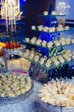 Λιχουδιές και πρόχειρα φαγητά στον πίνακα συμποσίου στοκ εικόνες
