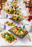 Λιχουδιές, πρόχειρα φαγητά και φρούτα στον εορταστικό πίνακα στο εστιατόριο Εορτασμός catering μήλων ανασκόπησης συμποσίου καλαθι στοκ εικόνες