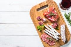Λιχουδιές Antipasto - κρέας, ζαμπόν και κρασί στο λευκό στοκ εικόνες