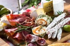 Λιχουδιές Antipasto - κρέας, τυρί, ελιές και κρασί στην πέτρα στοκ φωτογραφίες με δικαίωμα ελεύθερης χρήσης