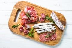Λιχουδιές Antipasto - κρέας, τυρί και ελιές στοκ φωτογραφία με δικαίωμα ελεύθερης χρήσης