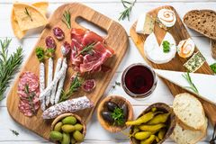 Λιχουδιές Antipasto - κρέας, τυρί και ελιές στοκ εικόνα
