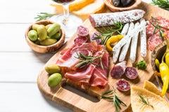 Λιχουδιές Antipasto - κρέας, τυρί και κρασί στοκ φωτογραφία