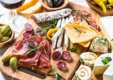 Λιχουδιές Antipasto - κρέας, τυρί και κρασί στοκ φωτογραφία με δικαίωμα ελεύθερης χρήσης