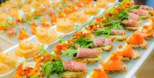 Λιχουδιές και πρόχειρα φαγητά στον μπουφέ Θαλασσινά Μια υποδοχή gala _ στοκ εικόνα
