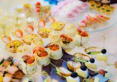 Λιχουδιές και πρόχειρα φαγητά στον μπουφέ Θαλασσινά Μια υποδοχή gala _ στοκ εικόνες