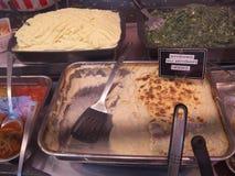 Λιχουδιές που πωλούνται στην αγορά οδών στο Παρίσι Άνθρωποι που περπατούν και που αγοράζουν τα τρόφιμα στοκ εικόνες