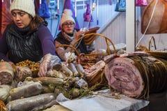 Λιχουδιές χοιρινού κρέατος και specials κρέατος στην αγορά Χριστουγέννων σε Buchare στοκ φωτογραφία με δικαίωμα ελεύθερης χρήσης