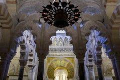 Λοβιώδεις archs και λαμπτήρας στο μουσουλμανικό τέμενος της Κόρδοβα Στοκ Φωτογραφίες