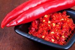 Λοβοί του κοκκίνου - καυτό πιπέρι και πικάντικο sause Στοκ φωτογραφία με δικαίωμα ελεύθερης χρήσης