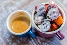 Λοβοί Coffe στην κούπα σμάλτων Στοκ Εικόνες