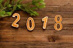 Λογαριάζει το 2018 στο ξύλινο υπόβαθρο κάτω από τον κλάδο έλατου, στην κορυφή του πλαισίου Διάστημα για το κείμενο Στοκ Εικόνες