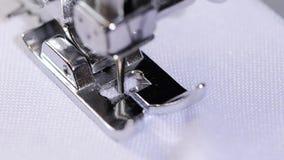 Λογαριασμένη βελονιά τρεκλίσματος Επαγγελματική ράβοντας μηχανή Στενό πλάνο κίνηση αργή απόθεμα βίντεο