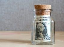 Λογαριασμοί ένας-δολαρίων σε ένα βάζο γυαλιού Στοκ εικόνα με δικαίωμα ελεύθερης χρήσης