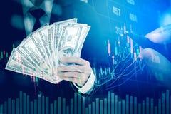 Λογαριασμοί αμερικανικών δολαρίων χρημάτων εκμετάλλευσης επιχειρηματιών στο ψηφιακό απόθεμα marke Στοκ εικόνες με δικαίωμα ελεύθερης χρήσης