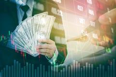 Λογαριασμοί αμερικανικών δολαρίων χρημάτων εκμετάλλευσης επιχειρηματιών στο ψηφιακό απόθεμα marke Στοκ φωτογραφίες με δικαίωμα ελεύθερης χρήσης