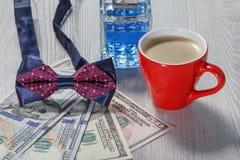 Λογαριασμοί αρώματος ατόμων, δεσμών τόξων, φλιτζανιών του καφέ και δολαρίων Στοκ φωτογραφία με δικαίωμα ελεύθερης χρήσης