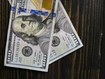 Λογαριασμοί διακόσιων δολαρίων σε ένα ξύλινο υπόβαθρο νέος λογαριασμός εκατό δολαρίων Κλείστε επάνω τα αμερικανικά τραπεζογραμμάτ στοκ εικόνες