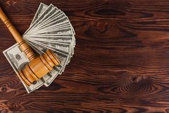 Λογαριασμοί δολαρίων και ένα σφυρί δημοπρασίας σε έναν πίνακα Θέση για την επιγραφή Λεπτομέρειες της δημοπρασίας Στοκ Εικόνα