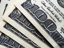 λογαριασμοί 100 δολαρίων που συσσωρεύονται στον πίνακα, κινηματογράφηση σε πρώτο πλάνο στοκ φωτογραφίες