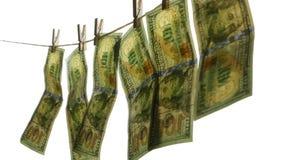 Λογαριασμοί εκατό δολαρίων που κρεμούν σε ένα σχοινί φιλμ μικρού μήκους