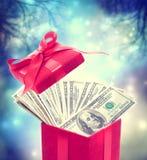 Λογαριασμοί εκατό δολαρίων στο κόκκινο παρόν κιβώτιο Στοκ Εικόνα