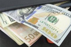Λογαριασμοί ευρώ και δολαρίων σε ένα μαύρο πορτοφόλι Στοκ φωτογραφία με δικαίωμα ελεύθερης χρήσης