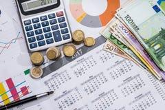 Λογαριασμοί, ημερολόγιο, μάνδρα και υπολογιστής ευρώ Στοκ φωτογραφία με δικαίωμα ελεύθερης χρήσης