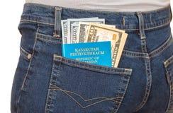 Λογαριασμοί διαβατηρίων και δολαρίων του Καζακστάν στην πίσω τσέπη τζιν Στοκ εικόνες με δικαίωμα ελεύθερης χρήσης